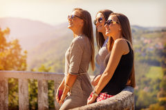 Giovani tre ragazze che sorridono e che si divertono all'aperto Fotografie Stock Libere da Diritti