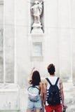 Giovani turisti alla moda in una vecchia città Immagine Stock