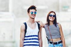 Giovani turisti alla moda in una vecchia città Immagine Stock Libera da Diritti