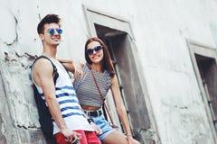 Giovani turisti alla moda in una vecchia città Immagini Stock Libere da Diritti