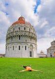 Giovani turisti che vacationing a Pisa Immagini Stock