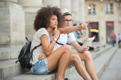 Giovani turisti delle coppie persi nel centro urbano Fotografie Stock
