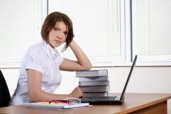 Giovani in ufficio fotografie stock libere da diritti