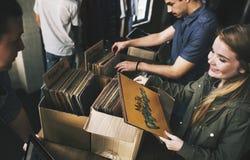 Giovani in un negozio record fotografie stock