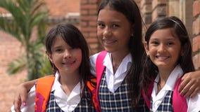 Giovani uniformi scolastichi d'uso sorridenti colombiani delle studentesse Fotografia Stock