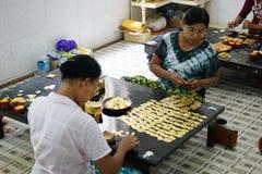 Giovani uomini birmani con oro a Mandalay Myanmar Birmania Fotografia Stock Libera da Diritti