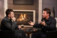 Giovani uomini d'affari che comunicano nella barra Fotografia Stock