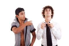 Giovani uomini latini, gesturing con una barretta Fotografie Stock