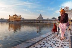 Giovani uomini sikh che visitano in tempio dorato nel primo mattino amritsar L'India Immagine Stock