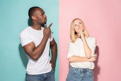 Giovani uomo d'affari e donna premurosi seri Concetto di dubbio immagine stock
