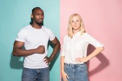 Giovani uomo d'affari e donna premurosi seri Concetto di dubbio fotografia stock libera da diritti