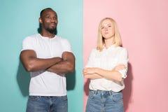 Giovani uomo d'affari e donna premurosi seri Concetto di dubbio fotografie stock