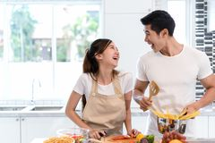 Giovani verdure asiatiche della fetta di taglio della donna che producono ad insalata alimento sano fotografia stock
