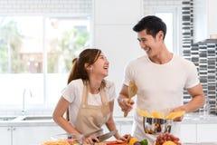 Giovani verdure asiatiche della fetta di taglio della donna che producono ad insalata alimento sano fotografia stock libera da diritti