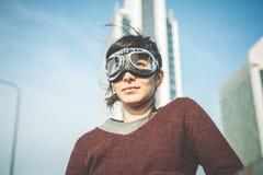 Giovani vetri dell'aviatore della donna dei pantaloni a vita bassa Fotografie Stock