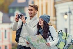 Giovani viaggi delle coppie Fotografie Stock