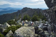 Giovani viaggiatori nelle montagne Fotografie Stock Libere da Diritti