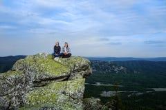 Giovani viaggiatori nelle montagne immagine stock