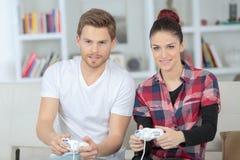 giovani video di gioco felici dei giochi delle coppie Fotografia Stock