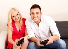 giovani video di gioco felici dei giochi delle coppie Immagine Stock Libera da Diritti