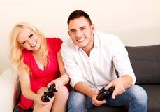 giovani video di gioco felici dei giochi delle coppie Fotografie Stock Libere da Diritti