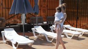 Giovani wips della mamma la sua piccola figlia dopo il nuoto nello stagno di aria aperta archivi video