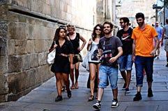 Giovanotti che camminano a Santiago 131 Fotografie Stock Libere da Diritti