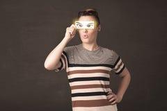 Giovanotto fresco che guarda con gli occhi disegnati a mano di carta Fotografia Stock
