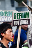 Gioventù asiatica con il segno: Riforma, non incursioni Immagine Stock