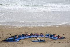 Gioventù che è insegnata a praticare il surfing al ballybunion Immagine Stock