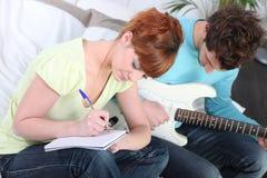 Gioventù che scrive una canzone Immagini Stock Libere da Diritti