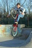Gioventù del motociclista del parco del pattino Immagini Stock Libere da Diritti