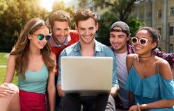 Gioventù moderna che si rilassa all'aperto Fotografia Stock Libera da Diritti
