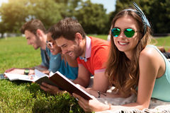 Gioventù moderna che studia all'aperto Fotografia Stock