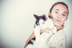 gioyful meisje met kat stock afbeelding