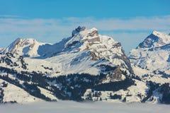 Gipfel der Alpen, die vom Nebelmeer im Winter steigen Stockbilder