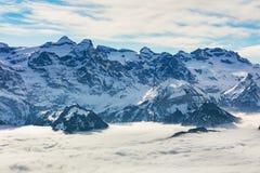 Gipfel der Alpen, die vom Nebelmeer im Winter steigen Stockfoto