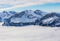 Gipfel der Alpen, die vom Nebelmeer im Winter steigen Lizenzfreie Stockfotografie
