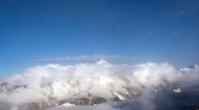 Gipfel in der Wolke Stockfoto
