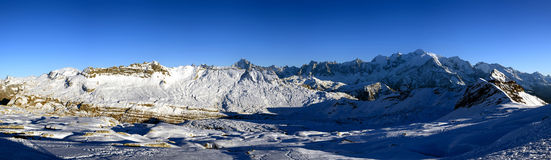 Gipfel 180-Grad-Panorama mit hellem Schnee Stockfoto