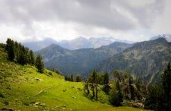 Gipfel und Grün in den Pyrenäen Lizenzfreie Stockfotografie