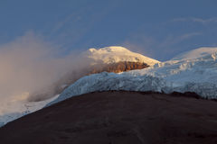 Gipfel und Yanasacha schaukeln Wand im Cotopaxi an der Dämmerung Stockfotos