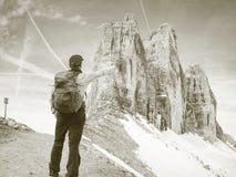 Gipfel von Alpenbergen Touristischer Weg mit Rucksack lizenzfreie stockfotografie