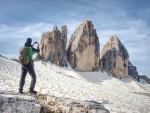 Gipfel von Alpenbergen Touristischer Weg mit Rucksack stockbilder