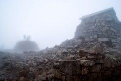 Gipfelbeobachtungsgremium Ben-Nevis im Nebel Lizenzfreie Stockfotos