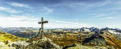 Gipfelkreuz in der Schweiz lizenzfreie stockfotos