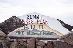 Gipfelspiesse ragen Zeichen, Colorado, USA empor Lizenzfreie Stockfotos