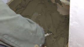 Gipser, der mit Zement und Kelle arbeitet stock video footage