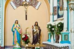 Gipsfigur von Jesus Christ und von heiliger Mary an der Kirche Stockbild