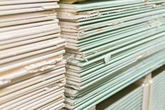 Gipsgipsplaat in het pak De stapel van gipsraad die voor bouw voorbereidingen treffen Pallet met gipsplaat in het gebouw stock fotografie